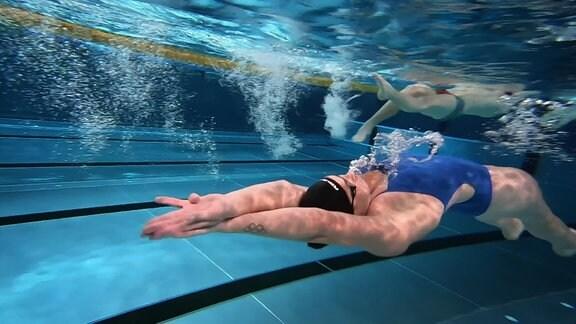 Eine Frau schwimmt unterwasser