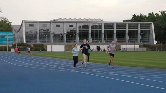 Sportler:innen trainieren auf dem Gelände der DHfK.