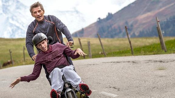 Julien (Fabien Héraud, vorn) überzeugt seinen Vater (Jacques Gamblin), der einst begeisterter Leichtathlet war, mit ihm für einen Langstrecken-Triathlon zu trainieren.
