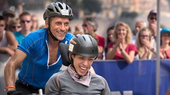 Der 17-jährige Julien (Fabien Héraud, l.) sitzt seit seiner Kindheit im Rollstuhl. Seinem Vater (Jacques Gamblin) ist es schwer gefallen, die Behinderung des Sohnes zu akzeptieren.
