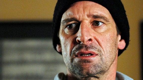 Der Madonnenmörder Manfred Borchert (Max Tidof) ist aus der Haft entflohen.