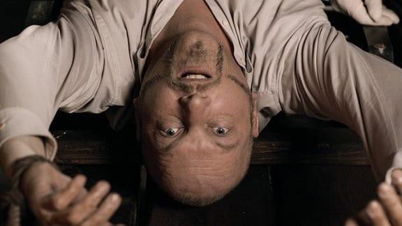 Der Zuhälter Torsten Schulze wird tot auf der Streckbank in der Folterkammer des Lübecker Holstentors gefunden.