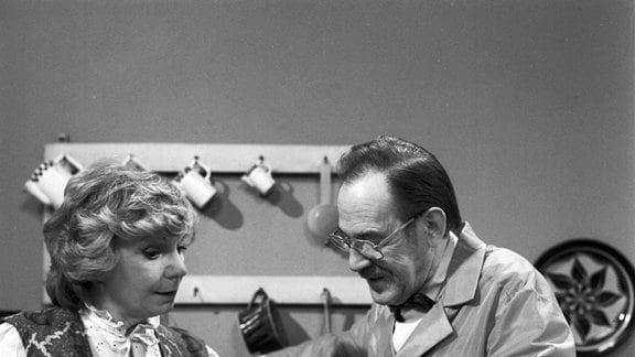 Ingeborg Krabbe (Frau Krüger) und Herbert Köfer (Klempner)