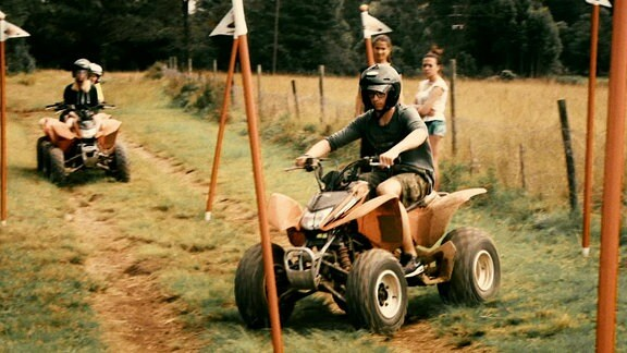 Jugendliche fahren Quad.