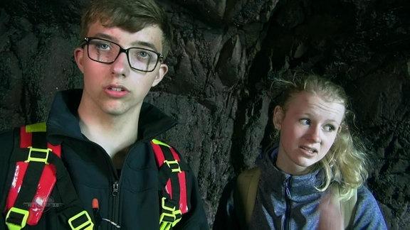 Jugendliche in einer Höhle.
