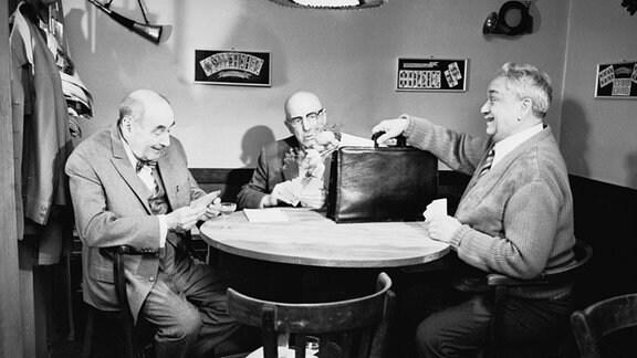 Opa Hoppe mit seinen Freunden Tanne und Frosig in der Kneipe beim Skatabend.
