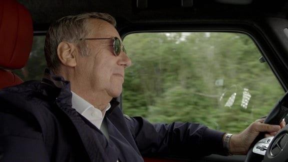 Roland Kaiser fährt im Auto