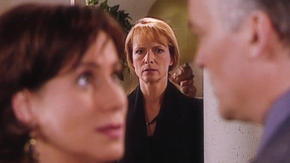 Alexandra beobachtet Erik und Charlotte.