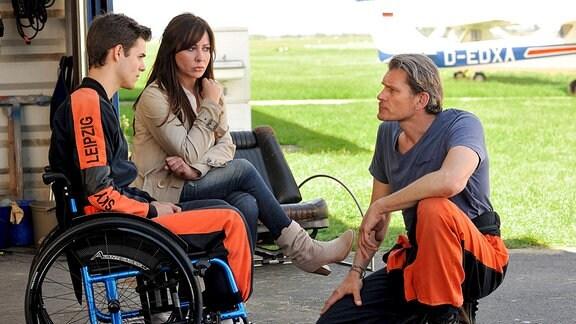 Katharina (Simone Thomalla) ist skeptisch, weil Janik (Götz Otto, re.) mit ihrem Sohn Sebastian (Lucas Reiber) einen Tandem-Fallschirmsprung wagen will