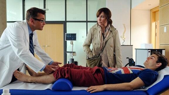 Katharina (Simone Thomalla) will für ihren gelähmten Sohn Sebastian (Lucas Reiber, re.) die bestmögliche Therapie, doch Dr. Thomas Hopenberg (Matthias Freihof) kann keine Wunder vollbringen
