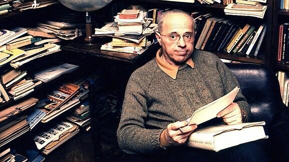 Der polnische Schriftsteller, Essayist und Philosoph Stanislaw Lem, aufgenommen in seiner Bibliothek in Krakau am 16.02.1975.