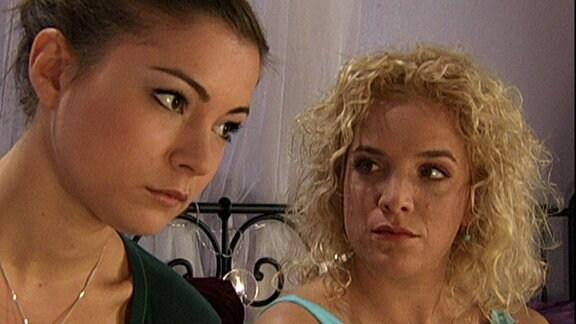 Laura (Henriette-Richter Röhl) und Tanja (Judith Hildebrandt)