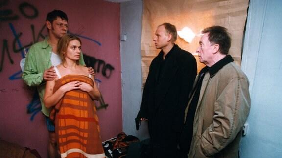 Die Kommissare Ehrlicher (Peter Sodann) und Kain (Bernd-Michael Lade) überraschen Linas Mutter (Gunda Ebert) mit ihrem Ex-Freund Roger (Rainer Winkelvoss)