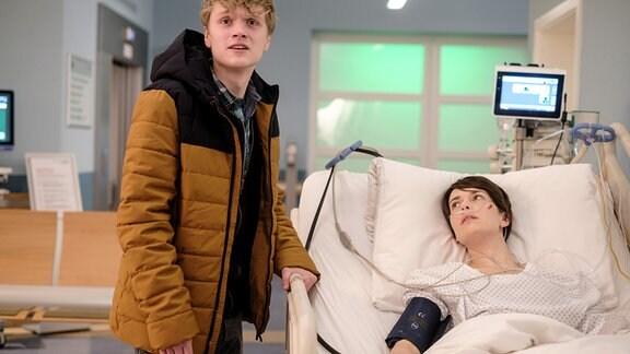 Jason Sandow (Luke M. Röntgen) hat am Morgen Ronja Mielitz (Alida Bohnen) mit dem Auto angefahren und ist, angestiftet von seinem Bruder, vom Unfallort geflohen. Als Jason mitbekommt, dass Ronja schwerverletzt in der Sachsenklinik liegt, bekommt er ein schlechtes Gewissen und will sich bei ihr entschuldigen. Doch er wird erwischt und flieht erneut.
