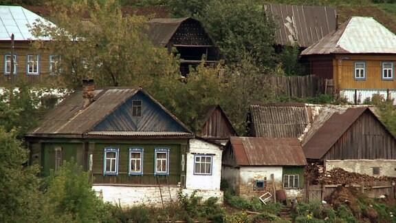 Blick auf die Häuserfront eines russischen Dorfes.