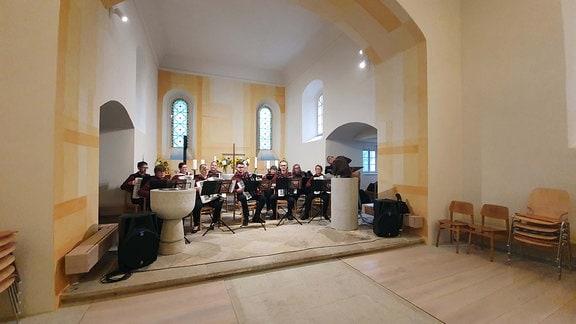 Eine kleines Orchester weiht die renovierte Kirche in Streumen ein