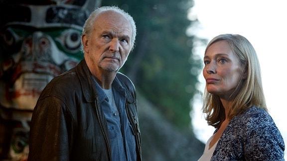 Richard (Michael Gwisdek) lädt Iris (Katja Weitzenböck) ein, auf der Lodge zu leben.