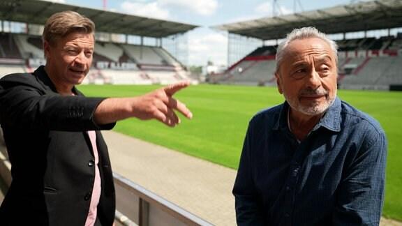 Wolfgang Stumph und Arne Platzbecker (SPD-Abgeordneter und Rechtsanwalt in Hamburg und Datenschutzbeauftragter des FC St. Pauli) im Millerntorstadion in Hamburg.