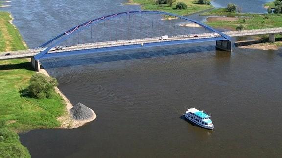 Die Elbe ist Transport- und Schifffahrtsweg.