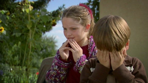 Ein Mädchen und ihr Bruder im Garten