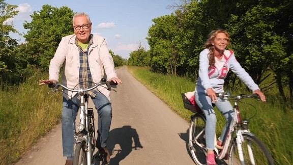 Victoria Herrmann und Andreas Neugeboren sind mit dem Fahrrad unterwegs.