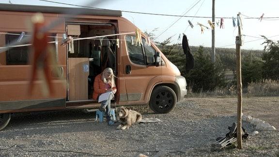 Frau mit Wohnmobil