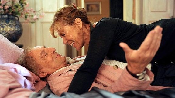 Maria (Gaby Dohm) ist über Steffen (Günther Maria Halmer) gebeugt. Beide liegen auf einem Bett