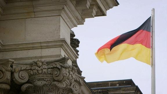Deutschlandflagge am Reichstag