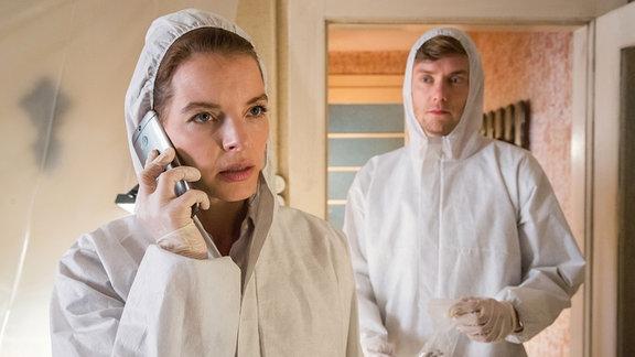 Viola Delbrück (Yvonne Catterfeld) und Böhme (Jan Dose) untersuchen den Tatort.