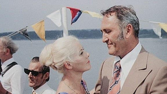 Chief Paul Weyer (Günter Naumann) tanzt mit seiner Ehefrau Barbara (Thea Elster).