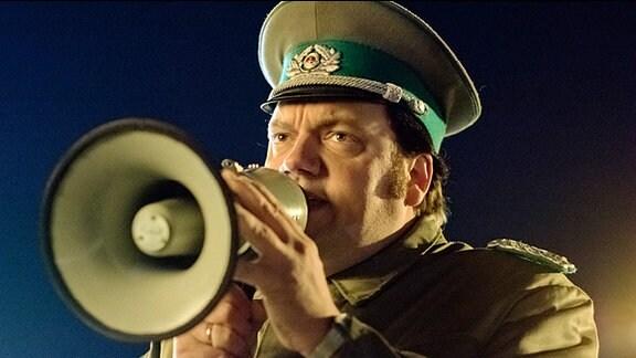 Herr Schäfer am Megaphon.