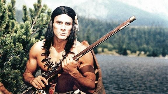Gojko Mitic als Chingachgook, der letzte Mohikaner, am Bergsee Glimmerspiegel.