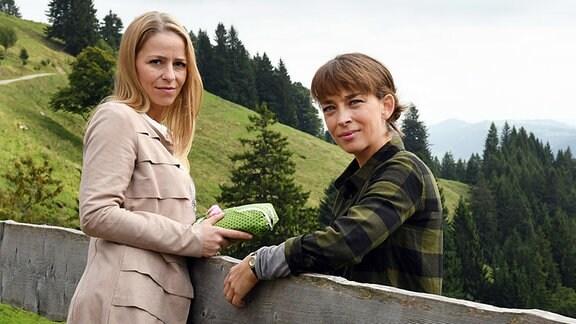 Die Huber-Schwestern Lisa (Theresa Scholze) und Marie (Catherine Bode)