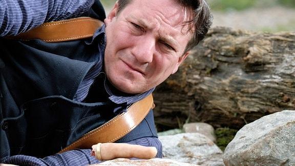 Willibald Adrian Metzger (Robert Palfrader) ist vom Fahrrad gestürzt und hat dabei einen abgehackten Finger entdeckt