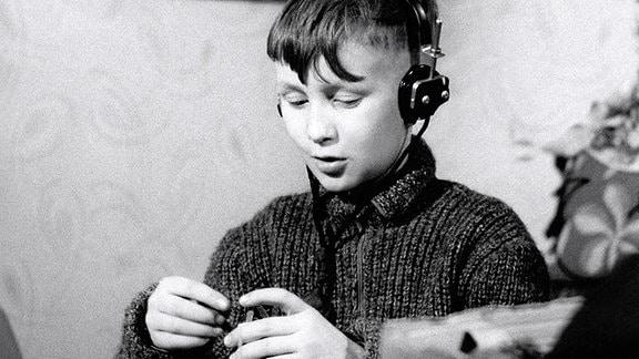 Winfried als Junge mit Kopfhörern.
