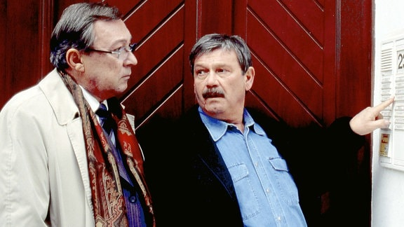 Die Kommissare Schmücke (Jaecki Schwarz, l) und Schneider (Wolfgang Winkler) an einer Hausklingel.