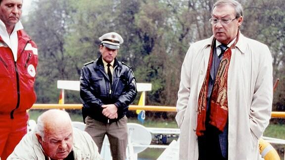 Hauptkommissar Schmücke (Jaecki Schwarz,re) und Gerichtsmediziner Riepe (Klausjürgen Steinmann) sammeln erste Eindrücke.