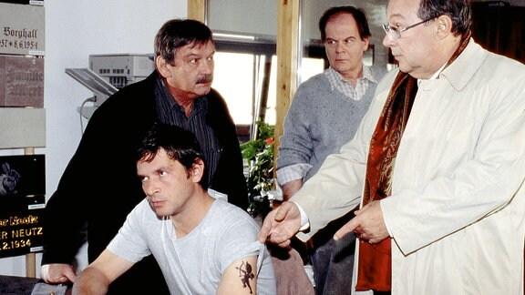 Die Kommissare Schmücke (Jaecki Schwarz, re) und Schneider (Wolfgang Winkler, l) im Gespräch mit Steffen Rosinski (Tom Mikulla), (im Hintergrund: Jörg Pankin).