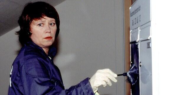 Kriminalassistentin Rosamunde Weigand (Marie Gruber) bei der Arbeit.