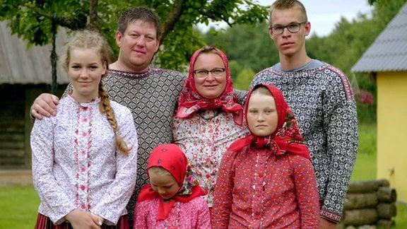 Eine sechsköpfige Familie posiert für ein Foto.