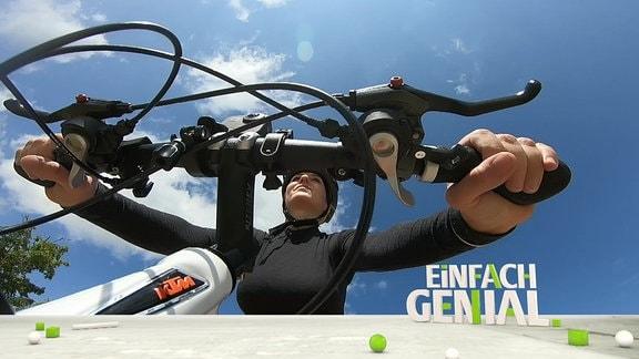 Einfach-genial-Moderatorin Henriette Fee Grützner auf dem Fahrrad