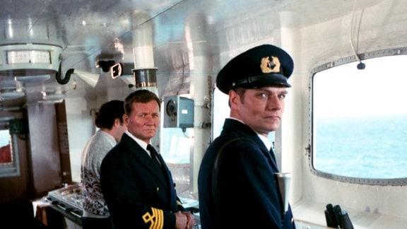 Kapitän Arends auf der Brücke