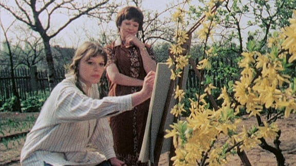 Sigrid Kunze (Petra Bulang, li), die Tochter von Claudia Hoffmanns Gartennachbarin Mary Kunze (Doris Abesser,re), möchte Malerin werden.