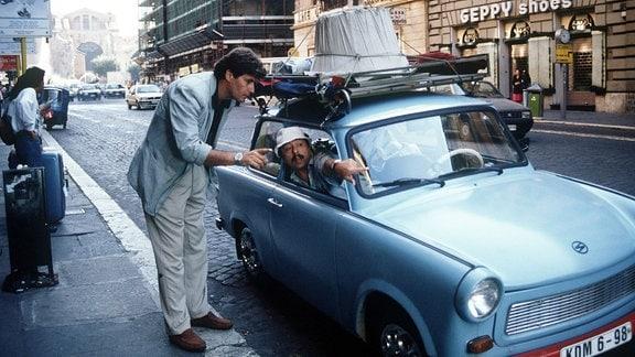 Udo Struutz (Wolfgang Stumph) in seinem Trabi in Rom.