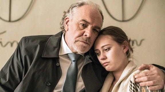 Borchert (Christian Kohlund) als Tröster: Gwen (Mercedes Müller) sorgt sich um ihre vermisste Freundin.