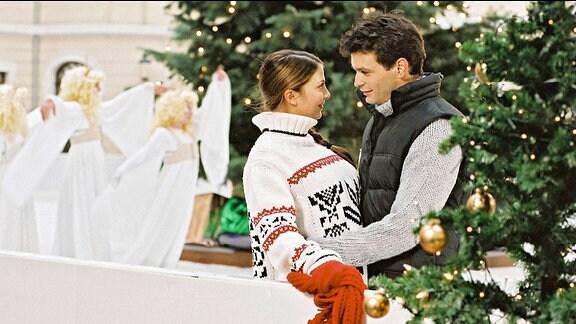 Julia Weimann (Arzu Bazman) und Thomas Berner (Luca Zamperoni) als glückliches Paar auf dem Eis.
