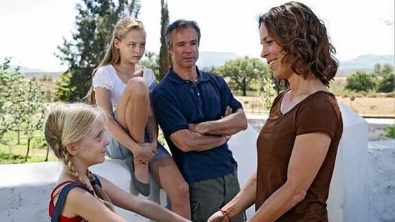 Helmut, Mia und Klara freuen sich, dass Hanna endlich wieder lächeln kann.