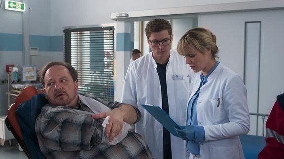 Dr. Elias Bähr und Dr. Lea Peters mit  Jost Helmer