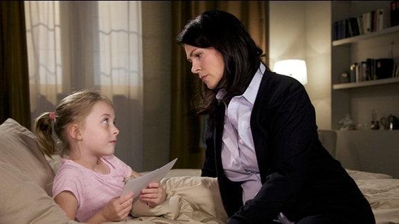 Sophie Eichhorn bettelt ihre Mutter Elena mit ihr zu ihrem leiblichen Vater nach Australien zu fahren.