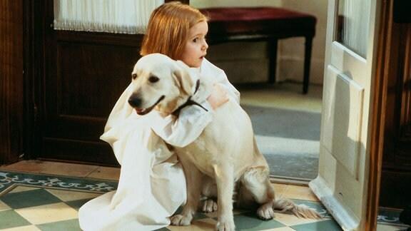 Madeline (Hatty Jones) liebt Hündin Geneviève, die sie aus der Seine rettete